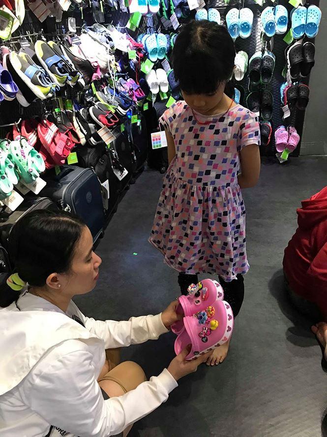 Giày dép 'kiểu mới' gắn hình thú trang trí hút người dân Sài Gòn